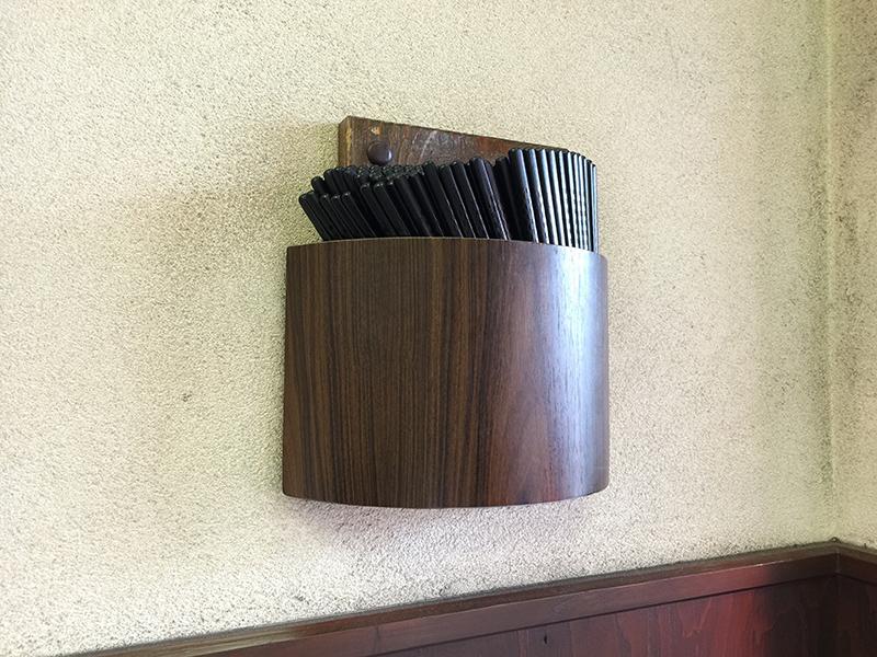 吉野家築地一号店の名物、壁にお箸